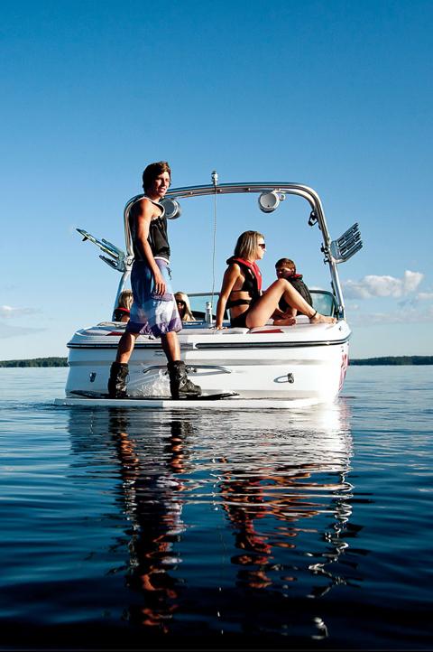 Bateau dans l'eau avec des gens assis à bord